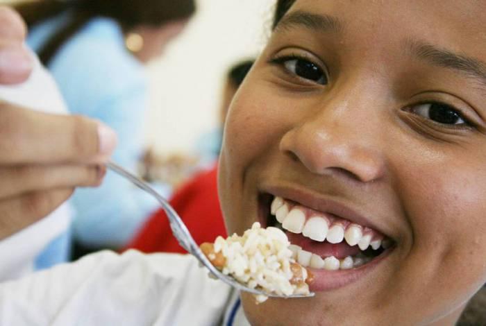 Acordo visa a garantir a alimentação dos alunos que ficaram sem a merenda após a suspensão das aulas em razão das medidas de isolamento social