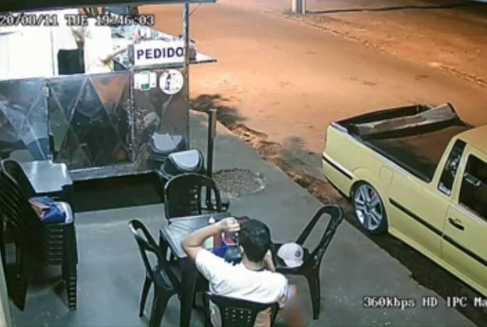 Câmera flagrou cliente arrancando o próprio cabelo para colocar na comida