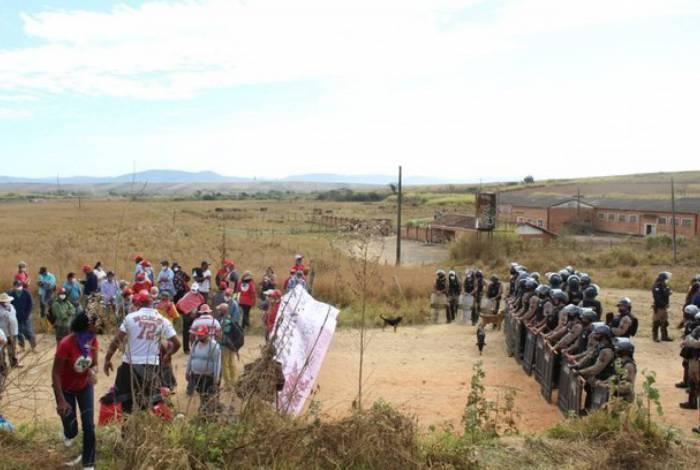 Polícia realiza despejo em acampamento que abriga 400 famílias