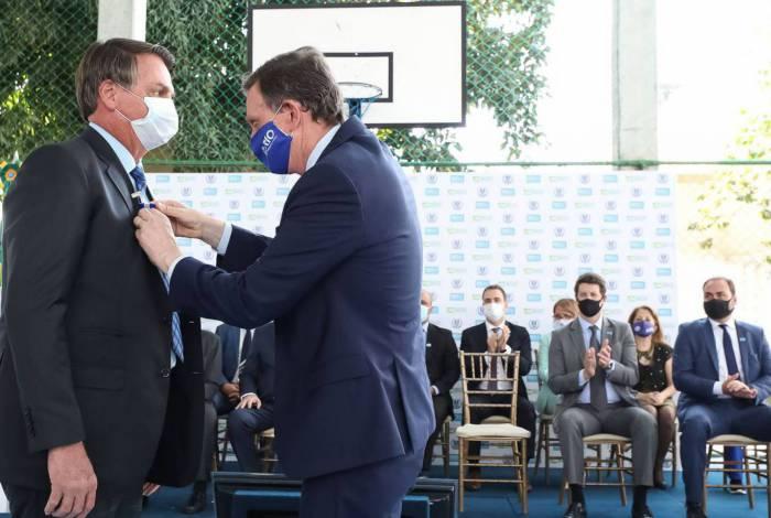 (Rio de Janeiro - RJ, 14/08/2020) O Presidente da República recebe, do Secretário Municipal de Ordem Pública, a Medalha Zenóbio da Costa, concedida pela Guarda Municipal do Rio de Janeiro