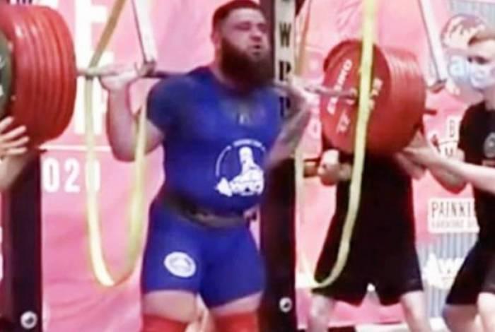 Halterofilista russo quebra os dois joelhos após tentar levantar 400 quilos