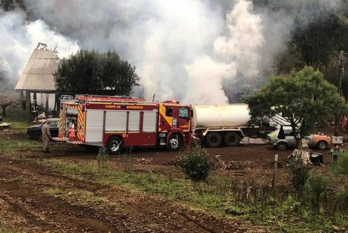 Parte da casa desabou com o incêndio