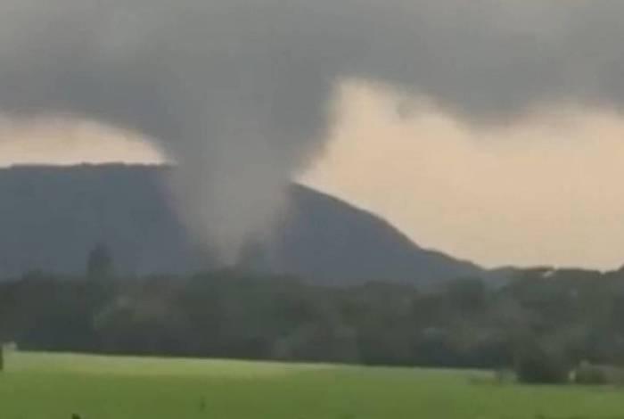 Tornado atinge solo