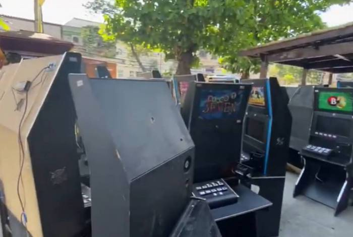 Agentes encontraram 32 máquinas caça níqueis no bairro da Penha, na Zona Norte da cidade
