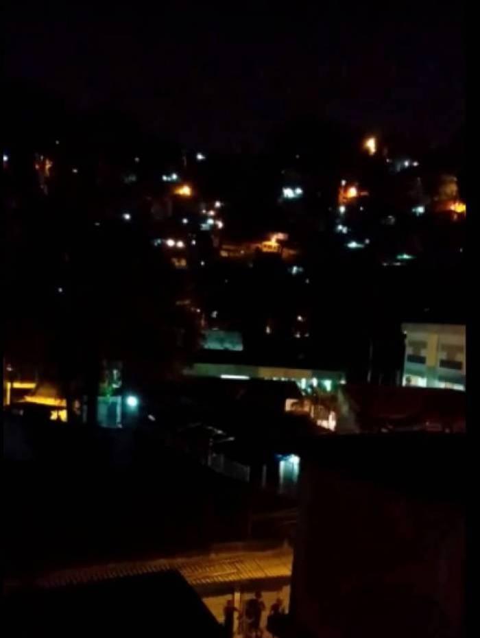 Policiais atiram e jogam bombas de efeito moral para dispersar evento de futsal no Morro dos Macacos