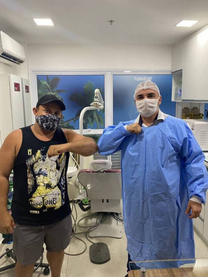 Marcos Soares posa ao lado de Dr. Bruno Chagas, que salvou sua vida