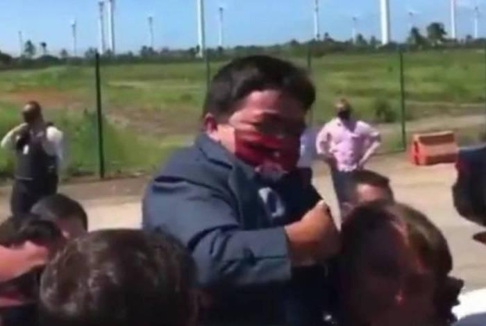 Bolsonaro carrega anão nos ombros durante visita a Sergipe; assista
