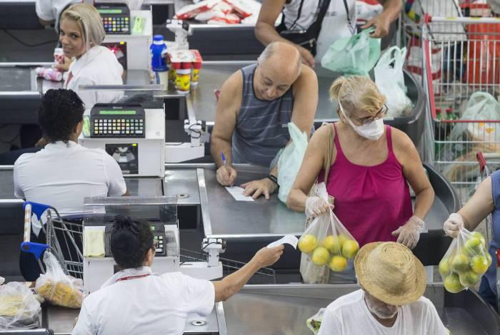 Auxílio emergencial evita queda nas compras por cartão de débito, diz Abecs