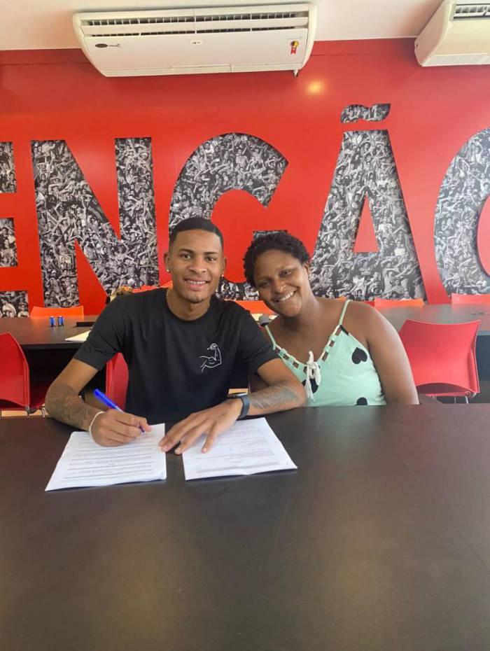 Caio Roque acertou a rescisão de contrato com o Flamengo nesta quarta-feira (19) e está livre para assinar vínculo de cinco anos com o Grupo City