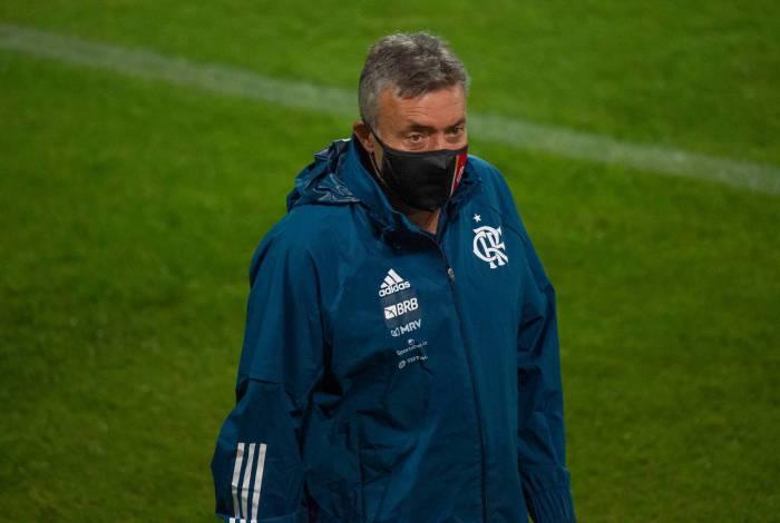 Domènec Torrent não inventou na vitória sobre o Coritiba, mas o Flamengo ainda não encanta
