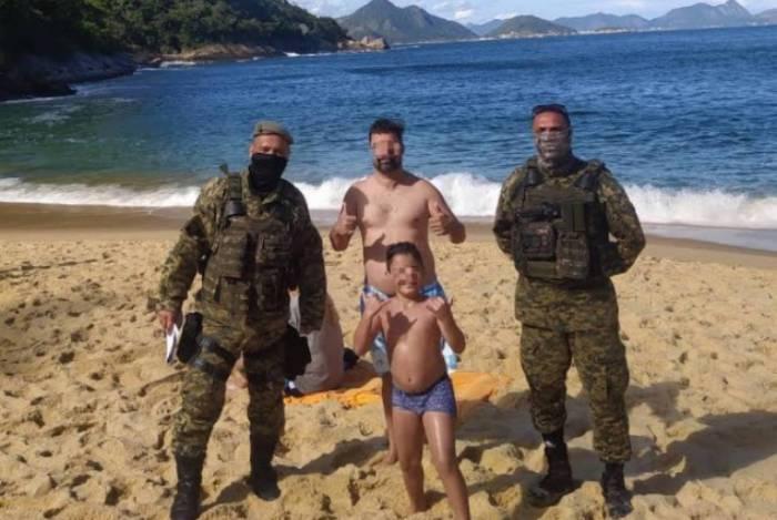 Policiais, que faziam patrulhamento na Praia Vermelha, salvaram pai e filho de afogamento