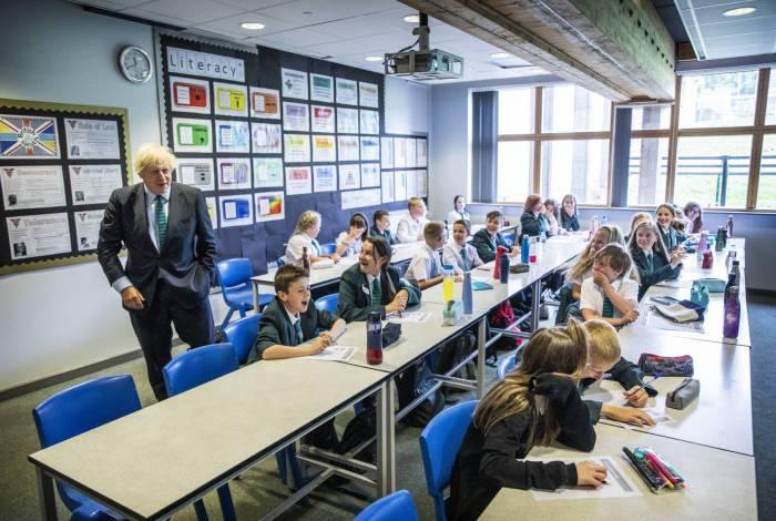 O primeiro-ministro britânico Boris Johnson visitou uma escola na Inglaterra