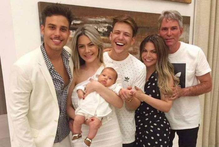 Jonathan Couto, sua mulher Sarah Poncio segurando um dos filhos do casal, sua mãe Simone e seu pai, o pastor Márcio Matos