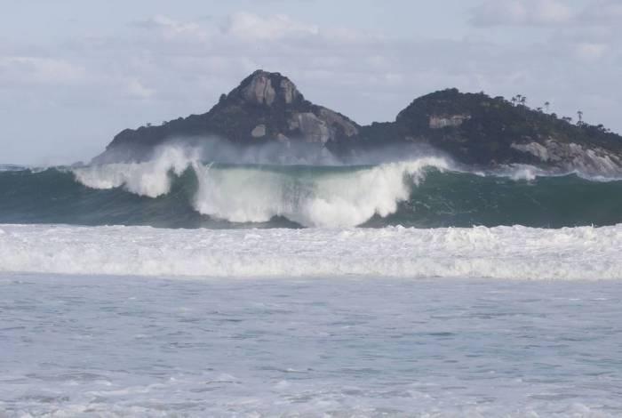 Rio de Janeiro - Mar de ressaca com ondas fortes na praia da Barra da Tijuca após passagem de ciclone extratropical que atingiu a região Sul do país e foi para o oceano. (Fernando Frazão/Agência Brasil)