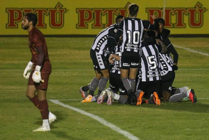 Os jogadores festejam o gol marcado pelo zagueiro Marcelo Benevenuto