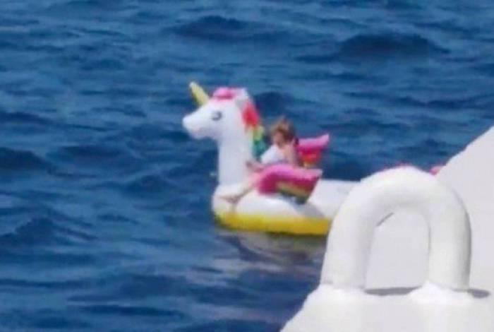 Menina fica à deriva no mar da Grécia