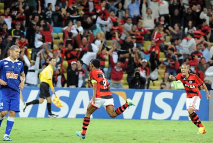 Elias comemora gol que garantiu o Fla nas quartas da Copa BR