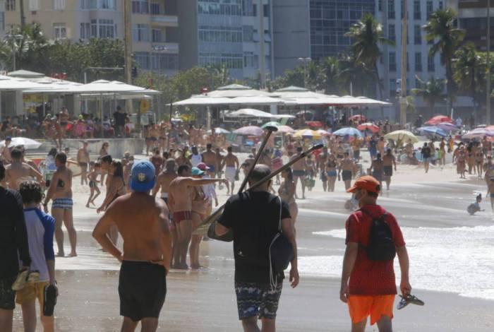 Movimentação na praia de Copacabana neste sábado