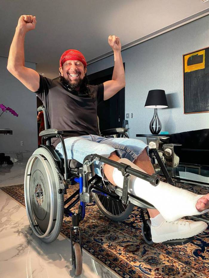 Bell Marques após sofrer acidente jogando tênis