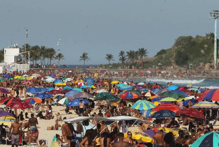 Aglomeração nas praias do Rio neste domingo (31)