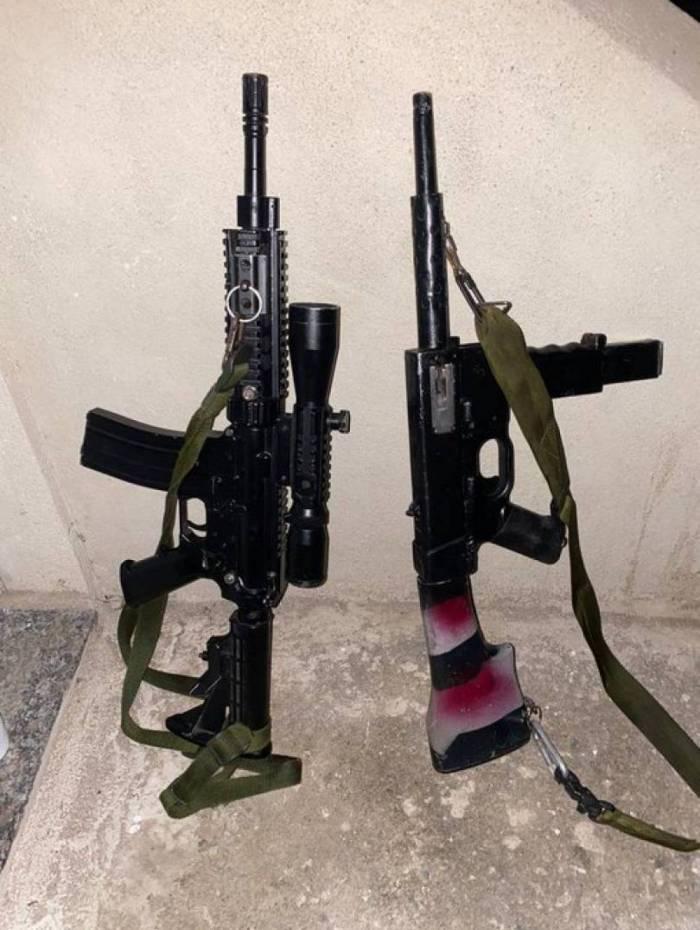 Um fuzil e uma submetralhadora foram apreendidos na operação