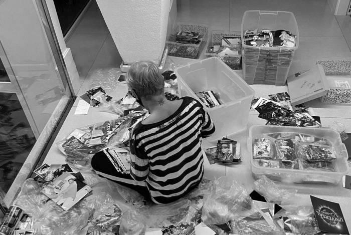 Xuxa revira baú para escolher fotos para o livro 'Memórias'