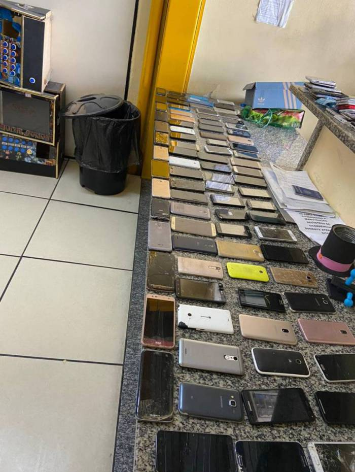 Foram apreendidos 222 celulares roubados com quatro homens no camelódromo da Uruguaiana