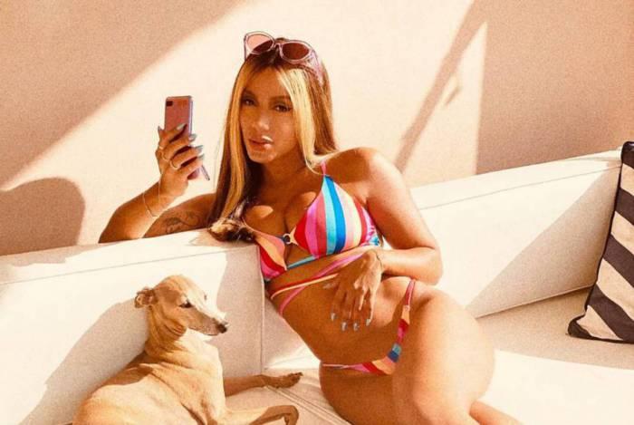 Anitta sensualiza de biquíni e mostra novo visual