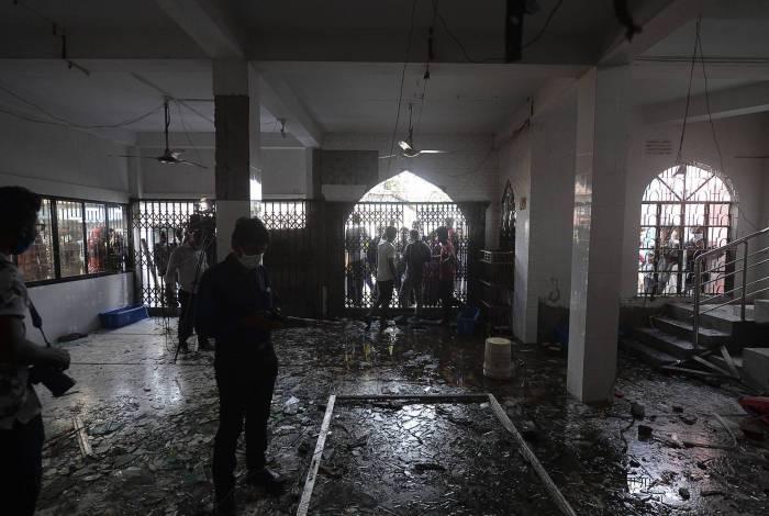 Vidros quebrados na mesquita onde houve a explosão