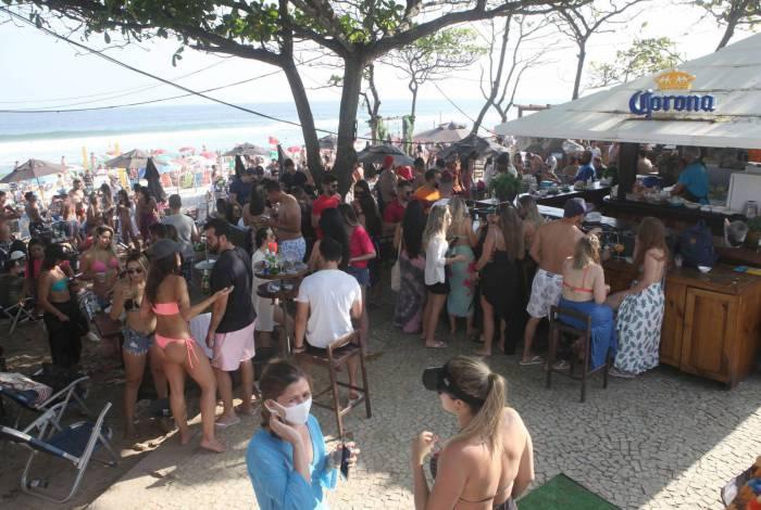 Banhistas lotam Praia da Barra, Zona Oeste do Rio