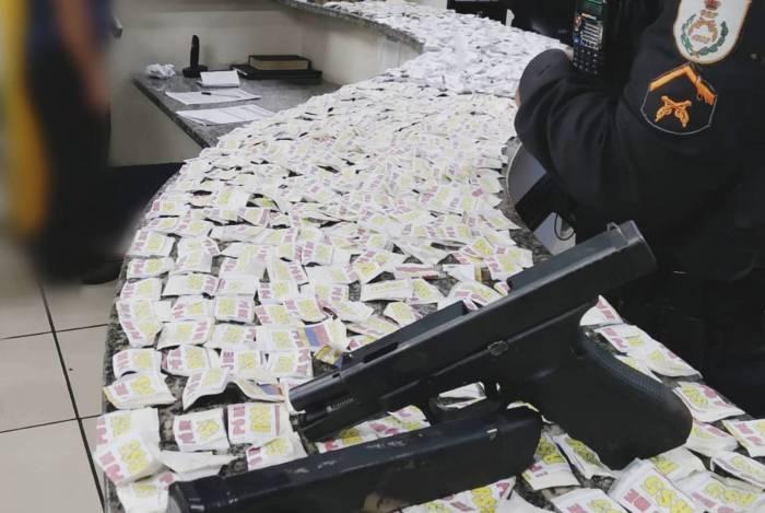 Drogas e arma apreendidas na ação da PM no Alto do Floresta