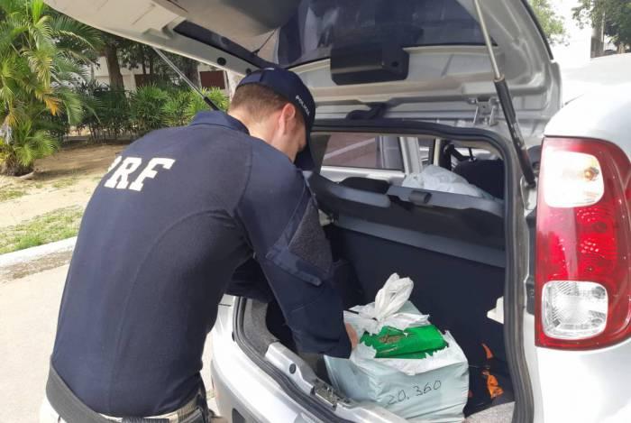 Durante a fiscalização, os agentes da PRF sentiram um forte cheiro de maconha