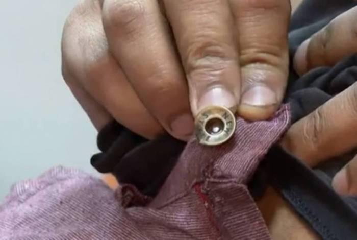 Motorista da van mostra o botão da bermuda que salvou sua vida