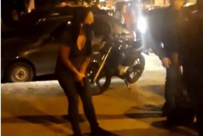 Policial atira em motorista após desembarcar de van em Bonsucesso, Zona Norte do Rio