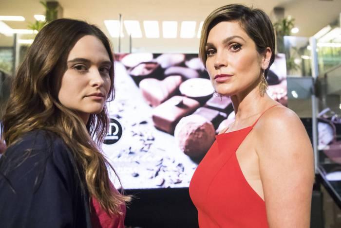 /Fiona (Juliana Paiva) vê Helena (Flávia Alessandra) no Empório