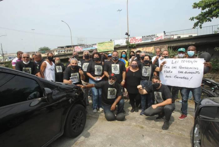 Manifestantes se concentraram na porta do Centro de Instrução Almirante Alexandrino da Marinha, na Penha