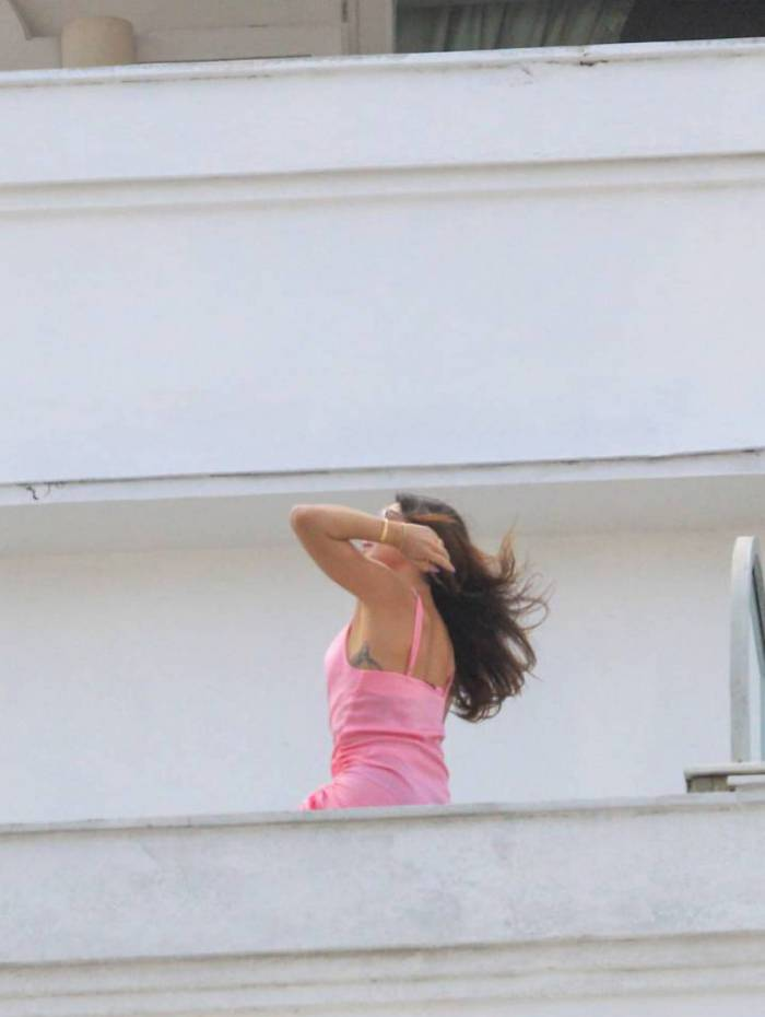 Isis Valverde posa para o marido na sacada do Hotel Copacabana Palace