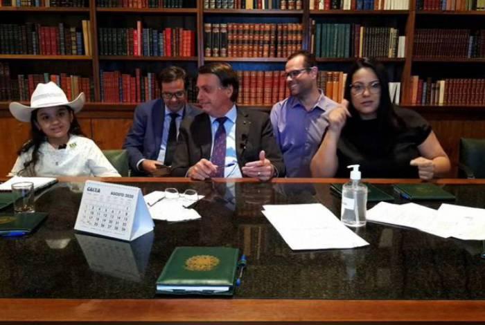 Bolsonaro, Esther e mais pessoas que fizeram parte da live do presidente nesta quinta-feira