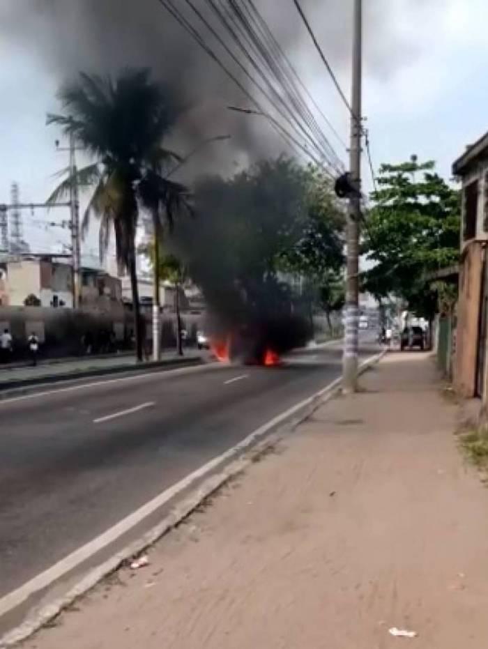 Carro pega fogo em via de Duque de Caxias