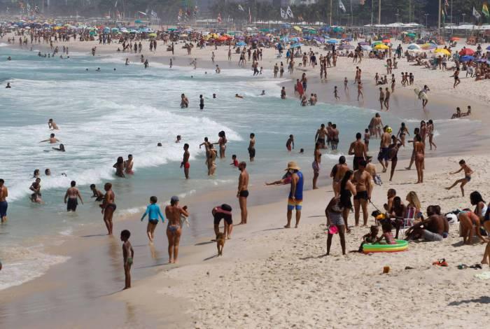 Movimentação pela orla da cidade (Praia Vermelha à esq. Praia do Leme à direita): barracas, aglomerações e muita gente sem proteção