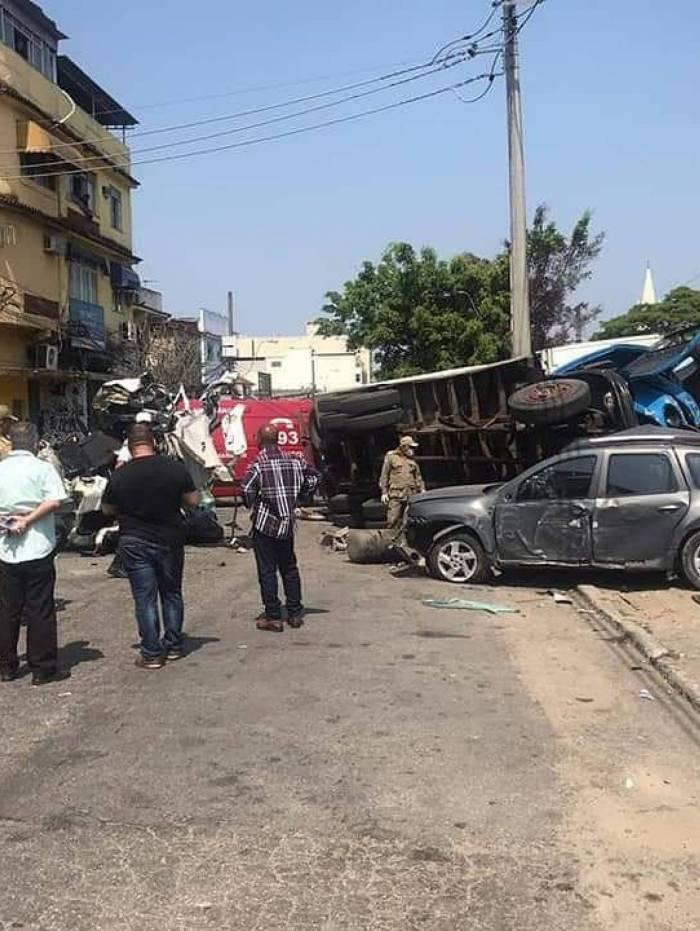 Caminhão desgovernado causa acidente gravíssimo em Meriti