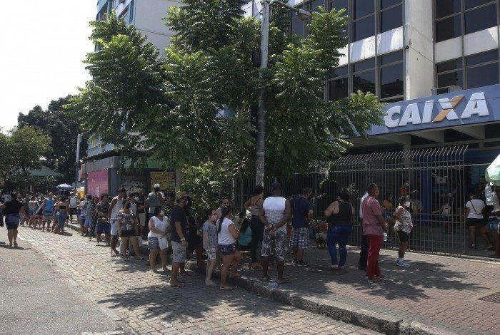 Trabalhadores têm enfrentado longas filas para receber o auxílio emergencial na Caixa