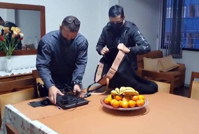 Eletrônicos estão sendo apreendidos pelos policiais