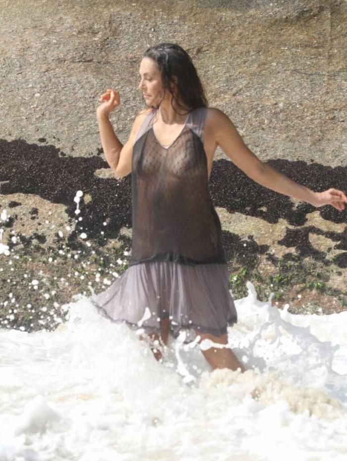 Giovanna Gold mostra demais em praia do Rio