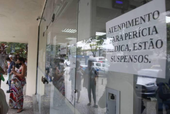 Cartaz na porta do posto do INSS no Méier avisa sobre suspensão de atendimento de perícias médicas, que já foram retomadas
