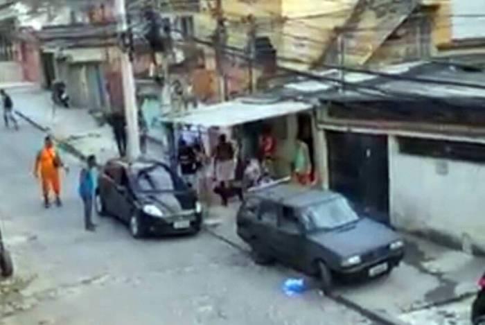 Pedreiro morre em tiroteio entre policiais e criminosos no Complexo do Lins