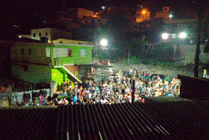 Várias pessoas se aglomeraram em um baile funk no bairro funk; PM teve que ser chamada para acabar com a baderna