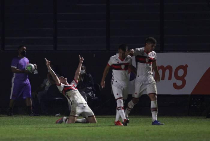 Renato Kayzer agradece aos céus: dois gols em São Januário