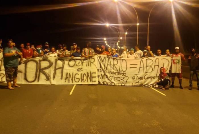 Torcedores foram ao aeroporto de madrugada protestar com faixas contra Odair e a diretoria do Fluminense