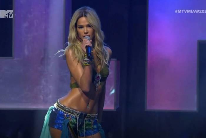 Bruna Marquezine vira Britney Spears no MTV Miaw